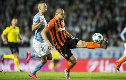 Shakhtar Donetsk's Yaroslav Rakitskiy controls the ball in front of Malmo's Nikola Djurdjic during their Champions League Group A soccer match in Malmo, Sweden October 21, 2015.REUTERS/Andreas Hillergren/TT News Agency