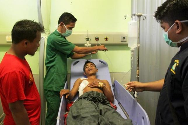 Paramedics tend to a victim of the conflict in Singkil, as he gets treatment at Zainal Abidin hospital in Banda Aceh, October 14, 2015 in this Antara Foto picture. REUTERS/Ampelsa/Antara Foto