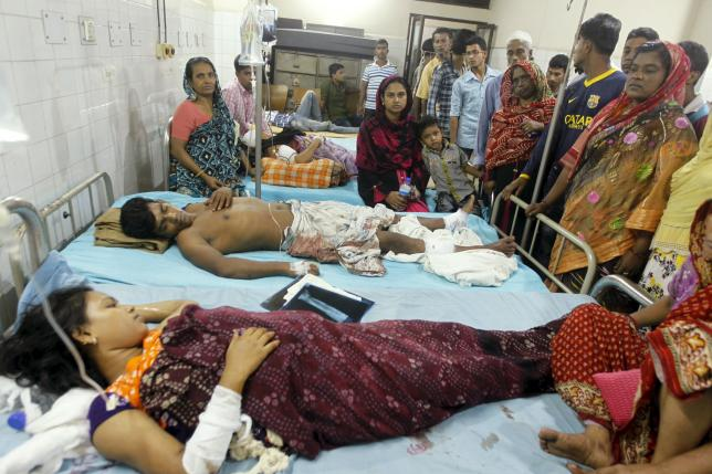 People who sustained injuries in a series of blasts are surrounded by their relatives at a hospital in Dhaka October 24, 2015.   REUTERS/Ashikur Rahman