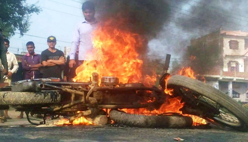 Protesting cadres of United Democratic Madhesi Front torch two motorcycles in Rautahat district on Tuesday, October 27, 2015. Photo: Prabhat Kumar Jha