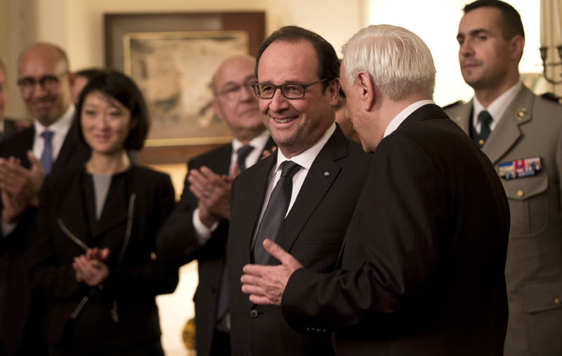 French President Francois Hollande, third left, chats with his Greek counterpart Prokopis Pavlopoulos, second left, during a decoration ceremony in Athens, Thursday, Oct. 22, 2015. Photo: AP
