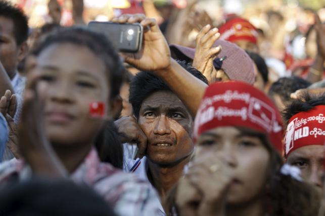 Supporters react during Myanmar pro-democracy leader Aung San Suu Kyi gives a speech during her campaign rally for the upcoming general elections in Toungup, Rakhine state, October 16, 2015. REUTERS/Soe Zeya Tun
