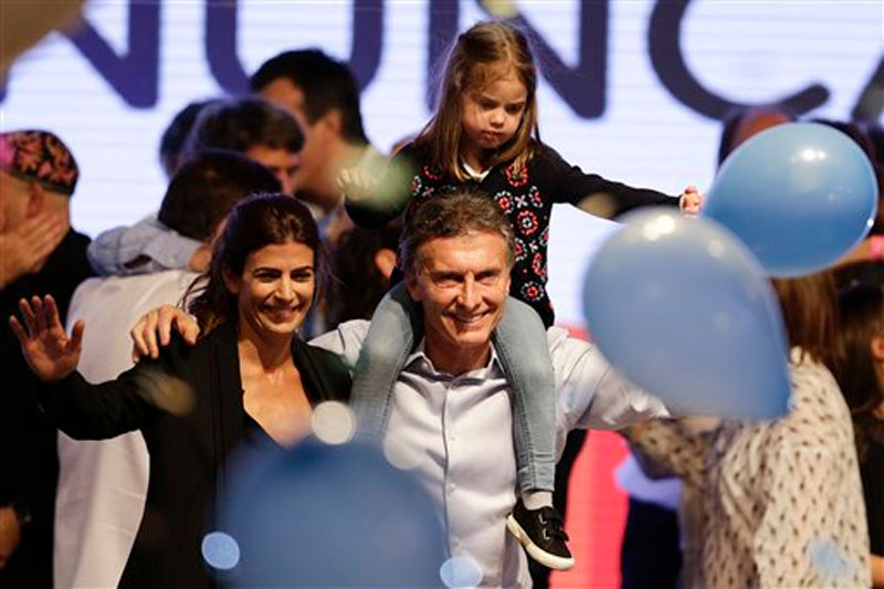 Lead opposition candidate Mauricio Macri (center) carries his daughter Antonia on his shoulders next to his wife Juliana Awada, left, in Buenos Aires, Argentina, Sunday, October 25, 2015. Photo: AP