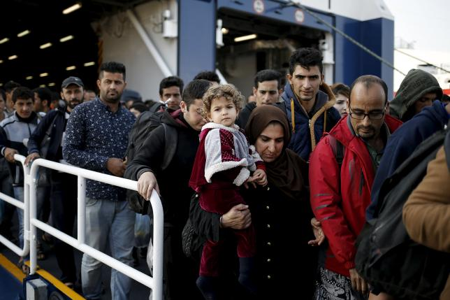 Refugees and migrants arrive aboard the passenger ferry Blue Star Patmos from the island of Lesbos at the port of Piraeus, near Athens, Greece, October 19, 2015. REUTERS/Alkis Konstantinidis