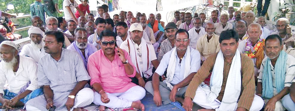 Locals supporting the relay hunger strike organised by United Democratic Madhesi Front (UDMF) at the bridge located at Nepal- India border point in Rutahat district, on Friday, October 16, 2015. Photo: Prabhat Kumar Jha