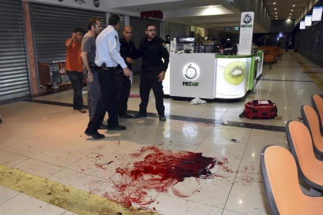 Israeli security personals stand next to blood on the floor, at the Beersheba central bus station where a Palestinian gunman went on a stabbing and shooting rampage, October 18, 2015.  Photo: REUTERS