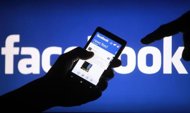 A smartphone user shows the Facebook application on his phone in the central Bosnian town of Zenica, in this photo illustration, May 2, 2013. Photo: Reuters