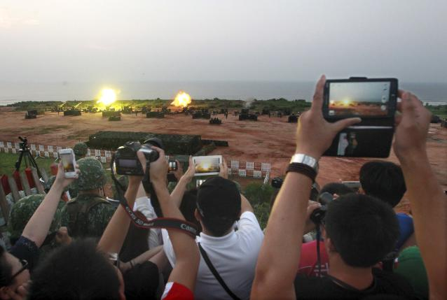 Local residents take pictures during the annual Han Kuang military exercise in Kinmen, Taiwan, September 8, 2015. Photo: REUTERS