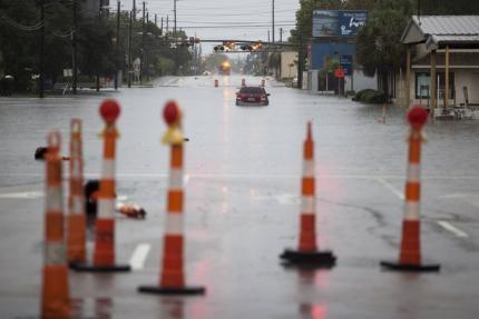A car is stalled due to heavy rains, along flooded US 17 in Georgetown, South Carolina October 4, 2015.  Photo: REUTERS