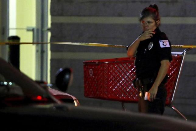 A mall security guard investigates the scene following a shooting incident inside the Washington Square Mall in Indianapolis, Indiana October 28, 2015. REUTERS/Nate Chute