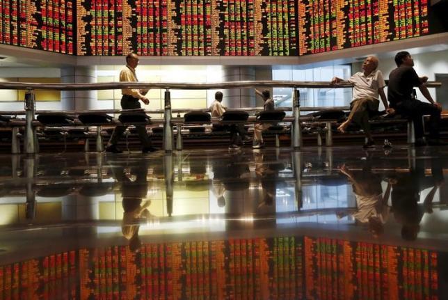 Investors monitor share market prices in Kuala Lumpur, Malaysia, August 25, 2015.  REUTERS/Olivia Harris.