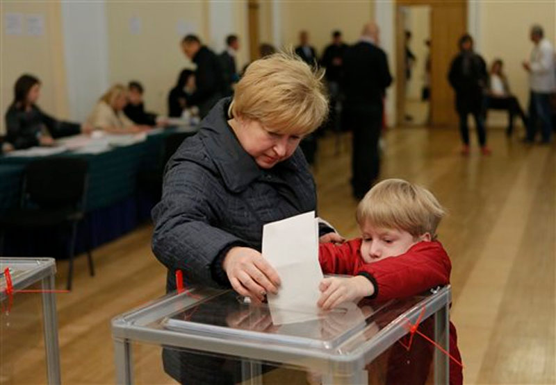 A voter casts her ballot at a polling station in Kiev, Ukraine, Sunday, October 25, 2015. Photo: AP