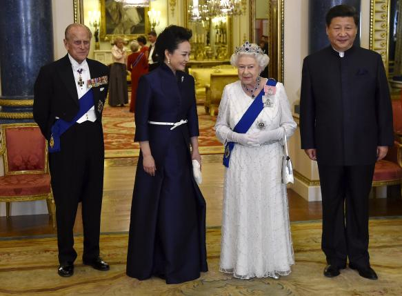 President of China Xi Jinping (R) and his wife Peng Liyuan (2nd L) accompany Britain's Queen Elizabeth (2nd R) and her husband Prince Philip, The Duke of Edinburgh (L) as they arrive for a state banquet at Buckingham Palace in London, Britain, October 20, 2015.  REUTERS/Toby Melville