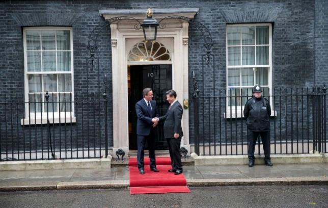 China's President Xi Jinping is welcomed by Britain's Prime Minister David Cameron to 10 Downing Street, in central London, Britain, October 21, 2015. Xi is on a state visit to Britain.     REUTERS/Suzanne Plunkett  TPX IMAGES OF THE DAY