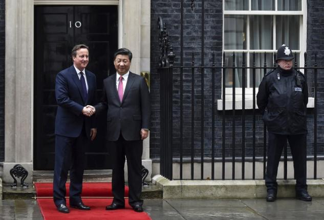 China's President Xi Jinping is welcomed by Britain's Prime Minister David Cameron at 10 Downing Street, in central London, Britain, October 21, 2015. Xi is on a state visit to Britain. REUTERS/Toby Melville
