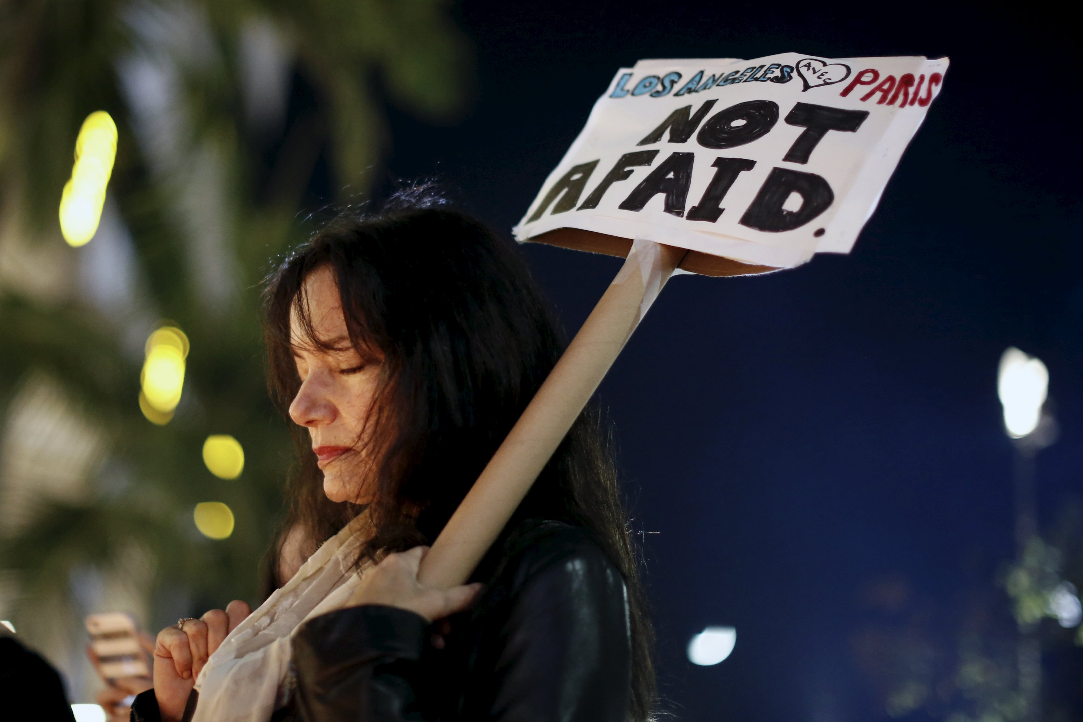 People gather for a vigil outside the French Consulate in response to the attacks in Paris, in Los Angeles, California, United States, November 14, 2015. Photo: Reuters