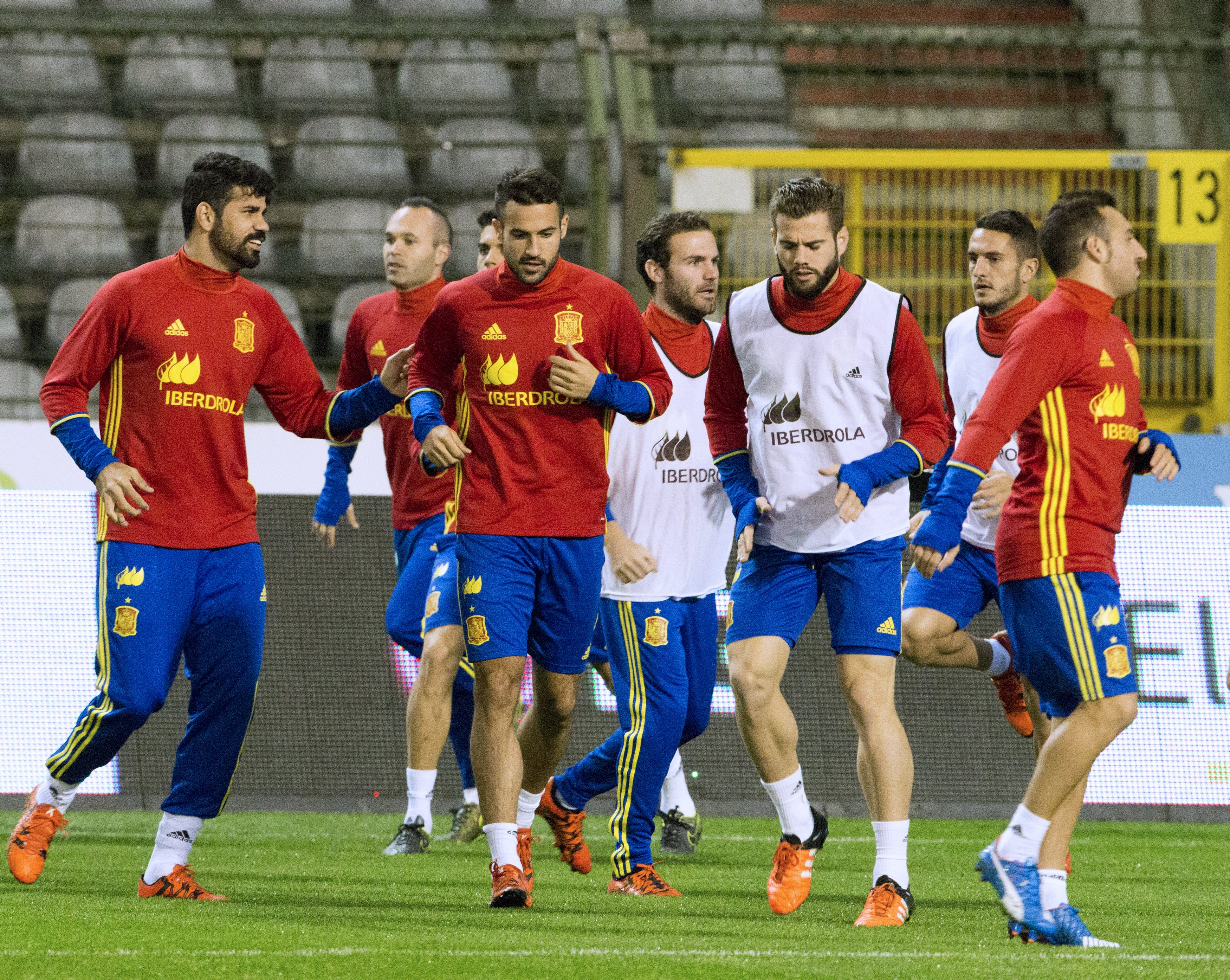 Spanish players practice during a national team soccer training session in Brussels, Belgium November 16, 2015. Belgium will play a friendly match on Tuesday against Spain. REUTERS/Delmi Alvarez   FOR EDITORIAL USE ONLY. NO RESALES. NO ARCHIVE.