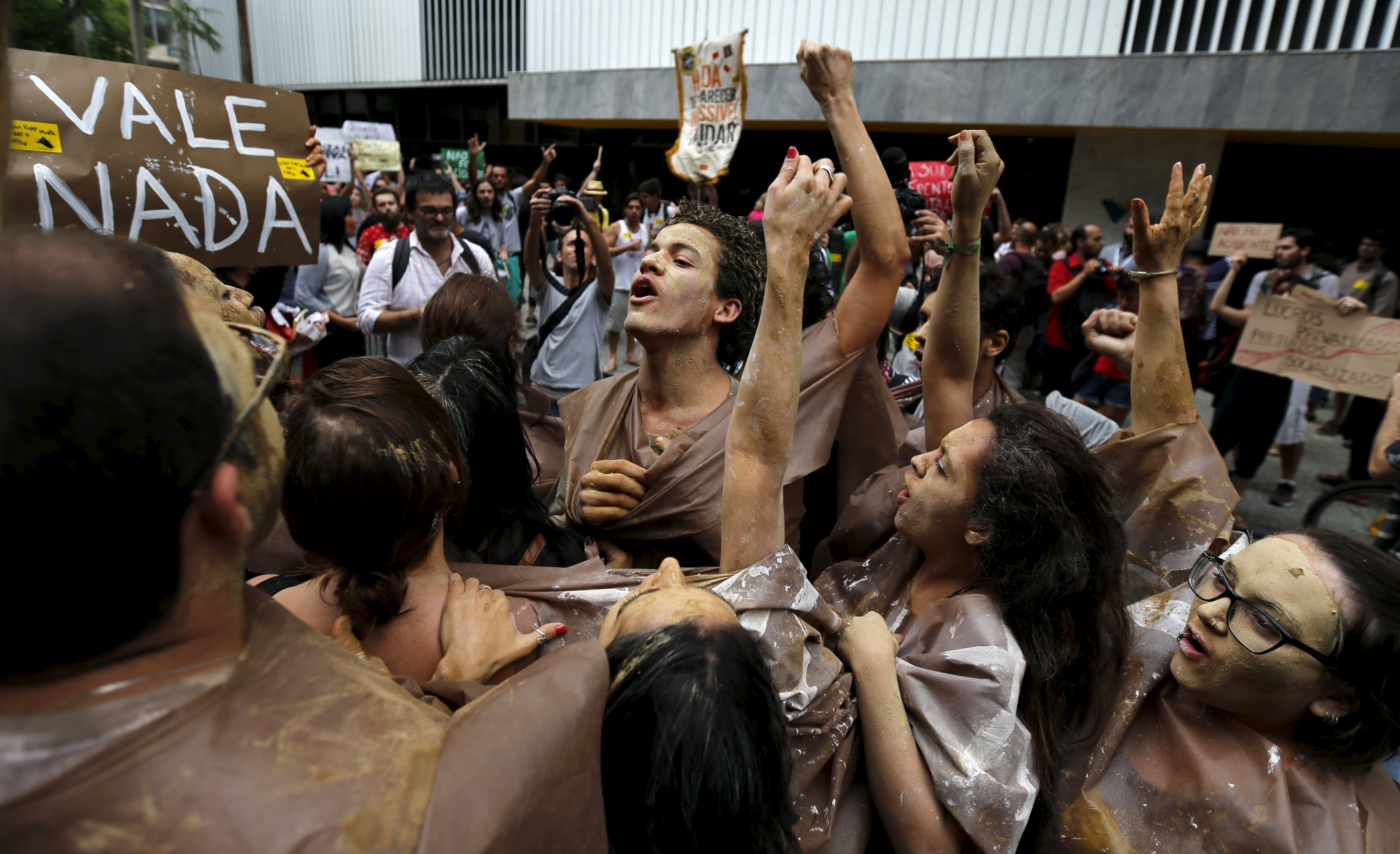 Environmental activists chant slogans during a protest in front of the headquarters of Brazilian mining company Vale SA in downtown Rio de Janeiro, Brazil, November 16, 2015. The collapse of two dams at a Brazilian mine, owned by Vale SA and BHP Billiton Ltd,  has cut off drinking water for quarter of a million people and saturated waterways downstream with dense orange sediment that could wreck the ecosystem for years to come. Photo: Reuters