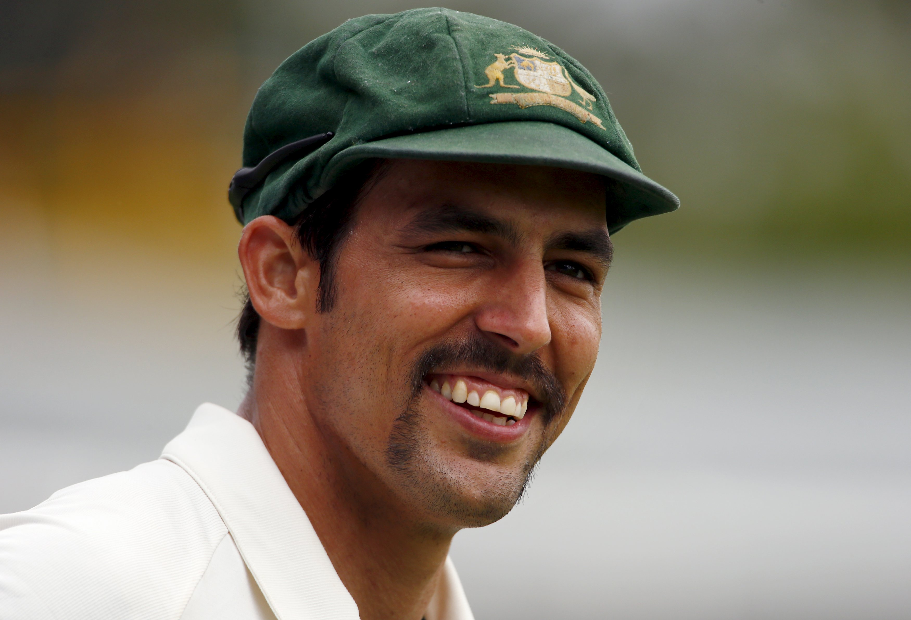 Australia's Mitchell Johnson smiles towards a member of the crowd as he fields near the boundary during the fifth day of the second cricket test match against New Zealand at the WACA ground in Perth, November 17, 2015. Photo: Reuters