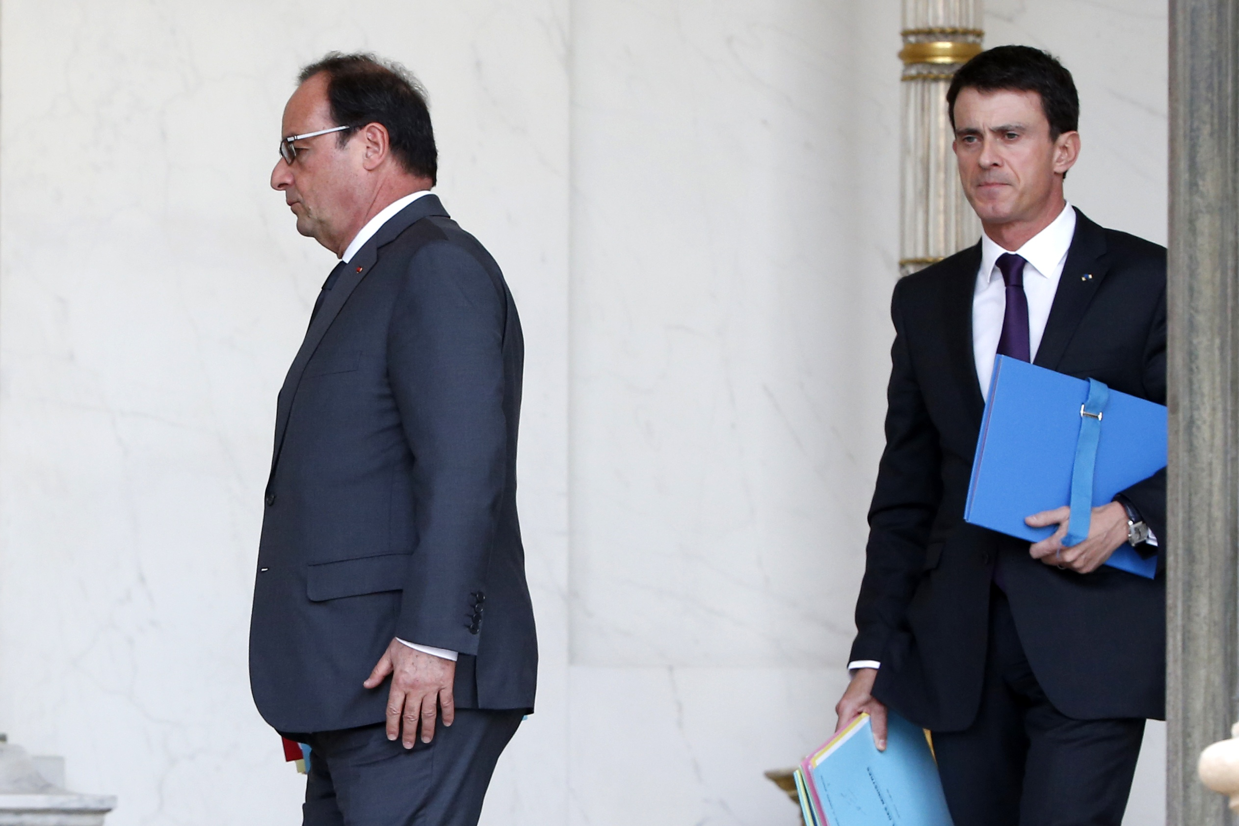 French Prime Minister Manuel Valls (right) leave at the end of the weekly cabinet meeting at the Elysee Palace in Paris, France, November 18, 2015. Photo: Reuters/FIle