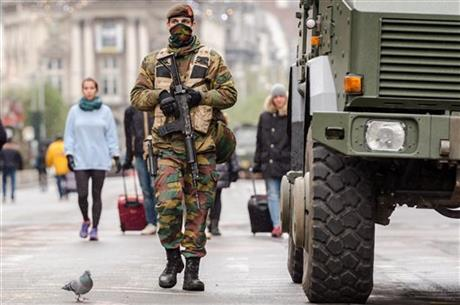 A Belgian Army soldier patrols on a main boulevard in Brussels, Sunday, Nov. 22, 2015. Photo: AP