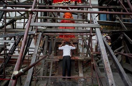 In this Oct. 24, 2015 photo, a Nepalese man offers prayers at a temple damaged in the April 25 earthquake at the Basantapur Durbar square in Kathmandu, Nepal. Photo: AP