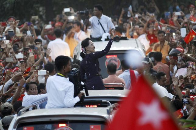 Myanmar pro-democracy leader Aung San Suu Kyi greets supporters while arriving at a campaign rally ahead of upcoming general elections in Yangon November 1, 2015. REUTERS/Soe Zeya Tun