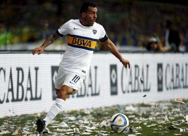 Boca Juniors' Carlos Tevez controls the ball during their Argentine First Division soccer match against Tigre in Buenos Aires, Argentina, November 1, 2015.  REUTERS/Marcos Brindicci