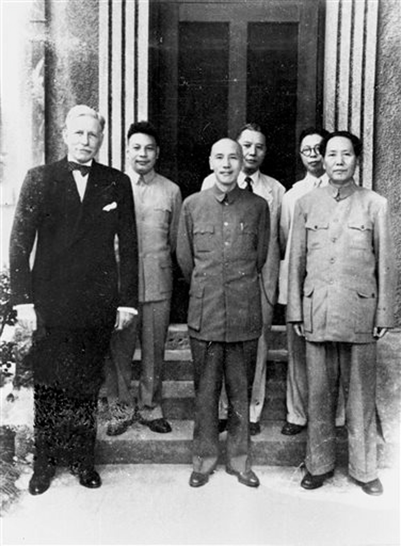 1945 photo provided by the Central News Agency, Chinau2019s Nationalist President Chiang Kai-shek (center) and his Communist rival Mao Zedong, (right) stand together with US ambassador to China Patrick J. Hurley in Chongqing, China. Photo: AP