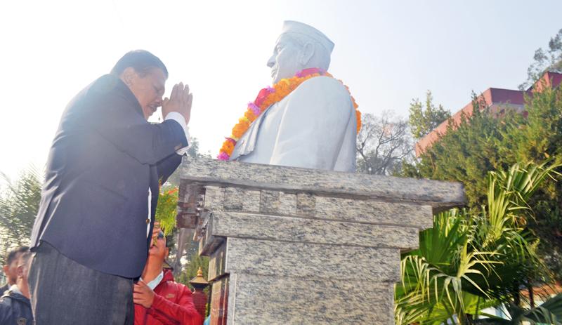 Nepali Congress General Secretary Prakash Man Singh garlanding the statue of Ganeshman Singh in Shobabhagawoti of Kathmandu to mark the 101th birth anniversary of the late Singh, on Tuesday, November 10, 2015. Photo: RSS/File