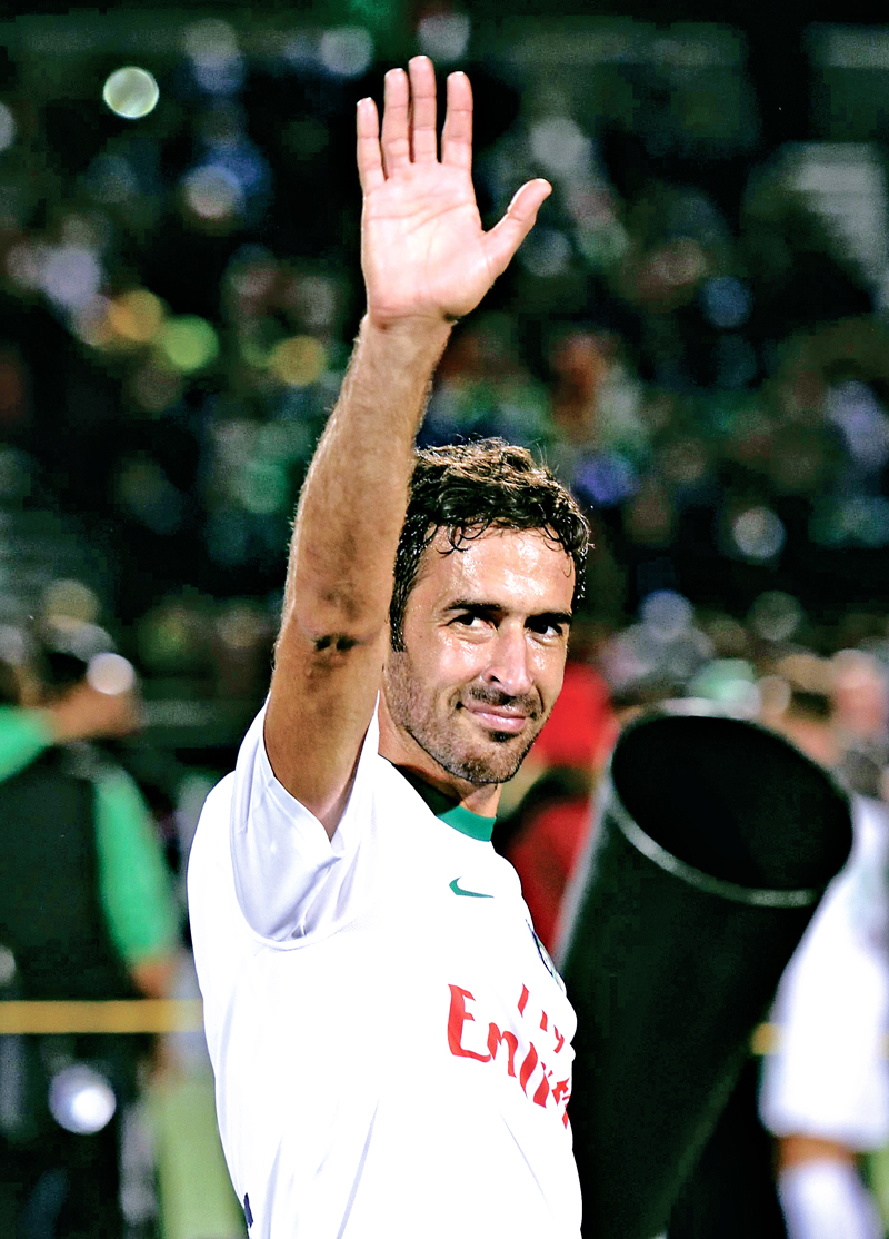 Spanish soccer star Raul of the NY Cosmos waves to the crowd after the NASL Championship Final match between the Cosmos and the Ottawa Fury November 15, 2015 in Hempstead, NY. Raul has planned to retire after the match. AFP PHOTO/DON EMMERT