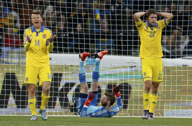 Ukraine's Ruslan Rotan (L) and Artem Kravets (R) react after a missed chance as Spain's goalkeeper David de Gea lies on the pitch during their Euro 2016 group C qualifying soccer match at the Olympic stadium in Kiev, Ukraine, October 12, 2015. REUTERS/Valentyn Ogirenko