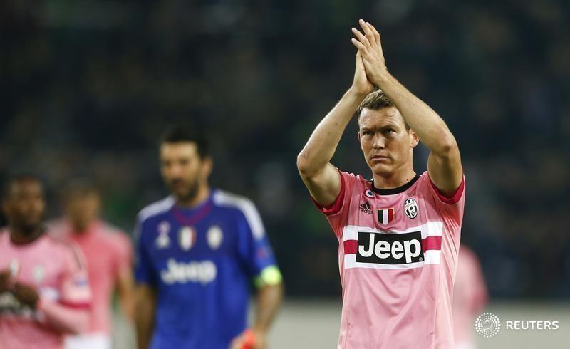Juventus' Stephan Lichtsteiner reacts after their Champions League group D soccer match in Moenchengladbach, Germany, November 3, 2015.       REUTERS/Wolfgang Rattay