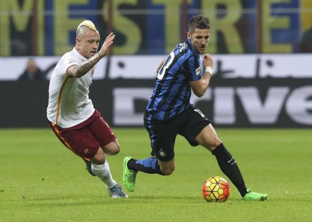 Inter Milan's Stevan Jovetic (R) is challenged by AS Roma's Radja Nainggolan during their Italian Serie A soccer match at the San Siro stadium in Milan, Italy, October 31, 2015. REUTERS/Stefano Rellandini