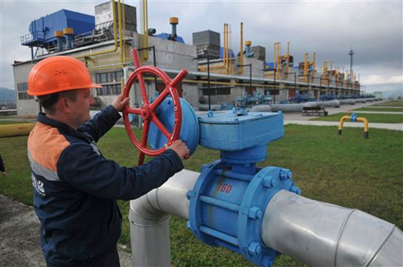 A worker at a Ukrainian gas station Volovets in western Ukraine controls a valve on Wednesday, October 7, 2015. Photo: AP