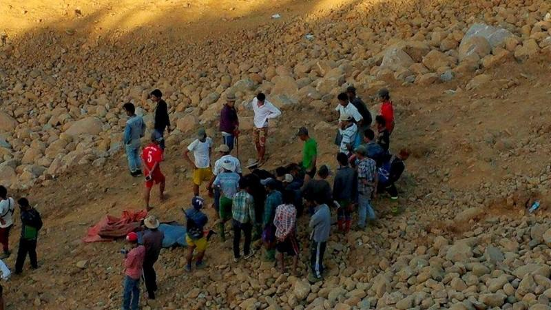 People look for dead bodies following a landslide in Hpakant jade mine in Kachin state November 21, 2015. Picture taken November 21, 2015. Photo: Reuters
