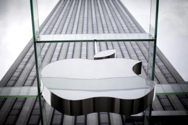 An Apple logo hangs above the entrance to the Apple store on 5th Avenue in the Manhattan borough of New York City, July 21, 2015. Photo: Reuters