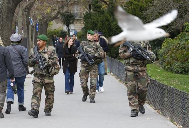 French military patrol near the Eiffel Tower the day after a series of deadly attacks in Paris , November 14, 2015. Photo: REUTERS