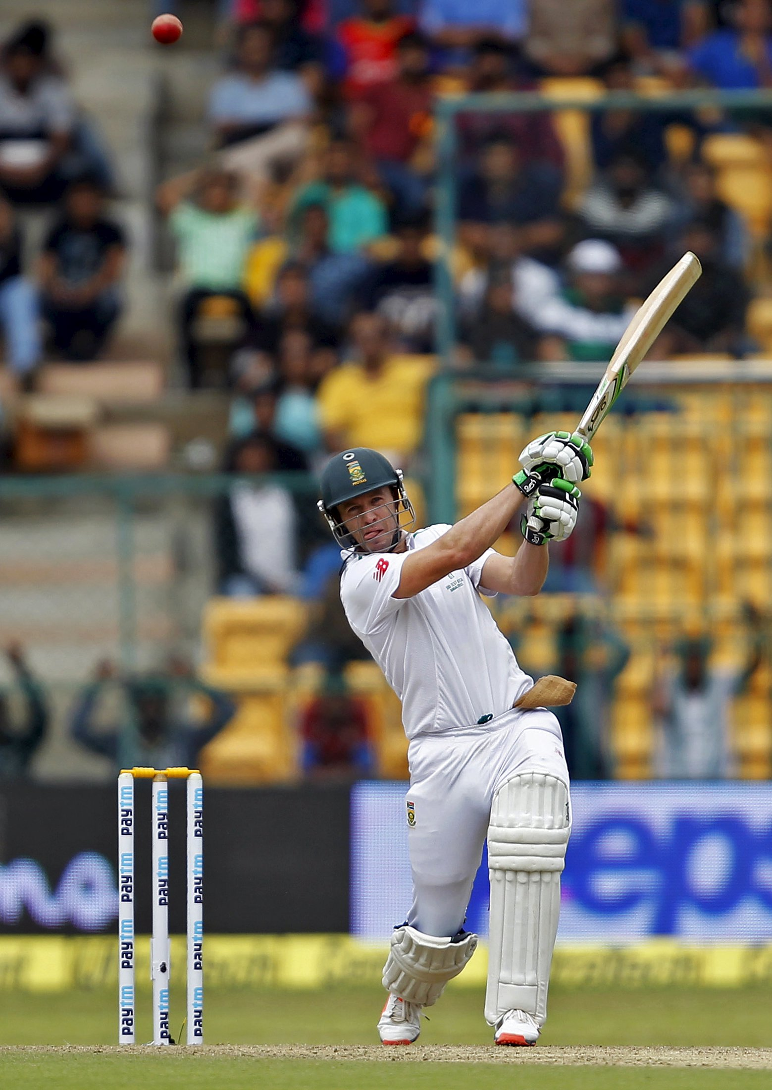 South Africa's AB de Villiers plays a shot on the first day of their second cricket test match against India in Bengaluru, India, November 14, 2015. Photo: Reuters