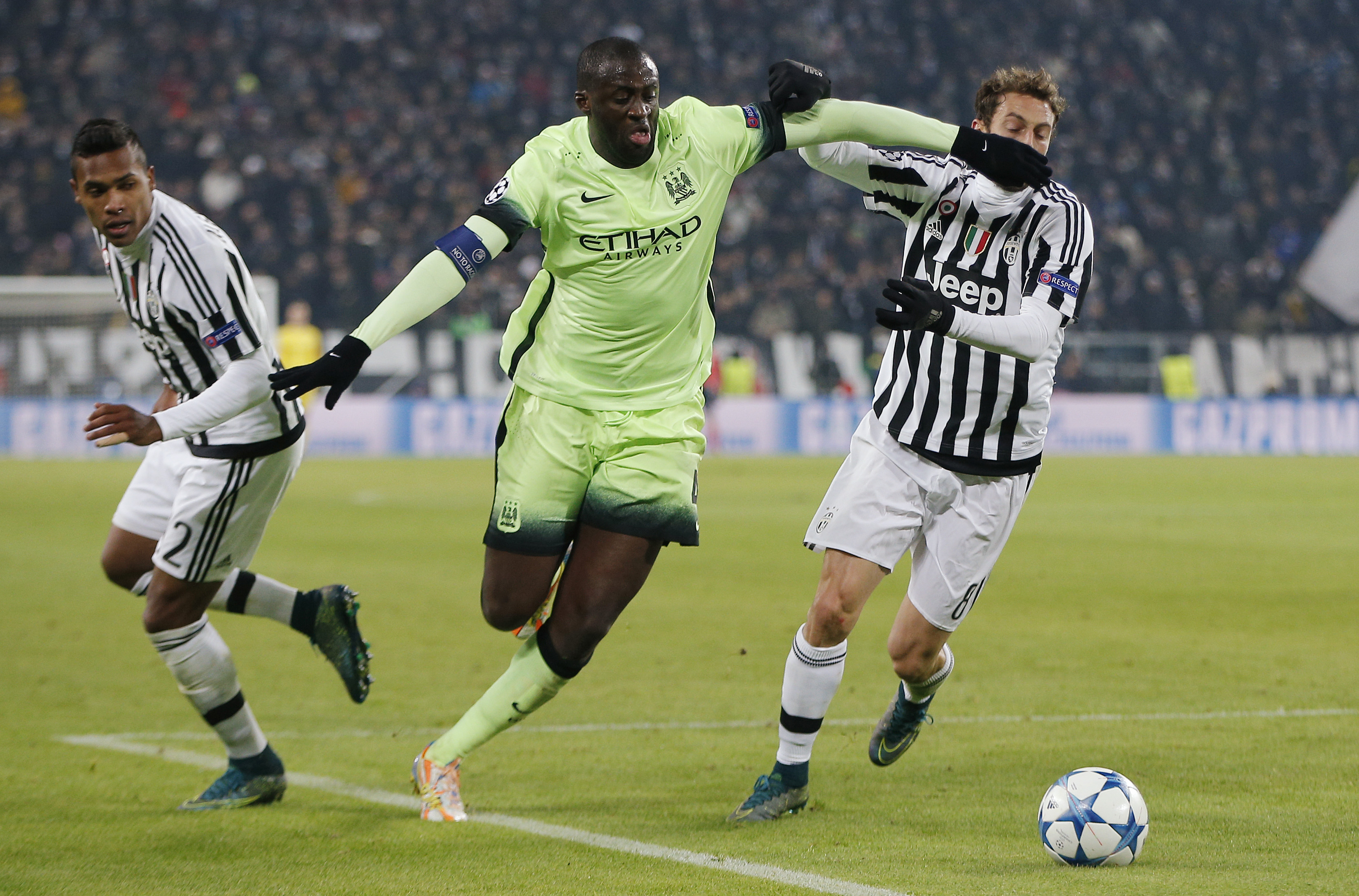 Football Soccer - Juventus v Manchester City - UEFA Champions League Group Stage - Group D - Juventus Stadium, Turin, Italy - 25/11/15nManchester City's Yaya Toure and Juventus' Claudio Marchisio and Alex SandronAction Images via Reuters / Andrew CouldridgenLivepicnEDITORIAL USE ONLY.