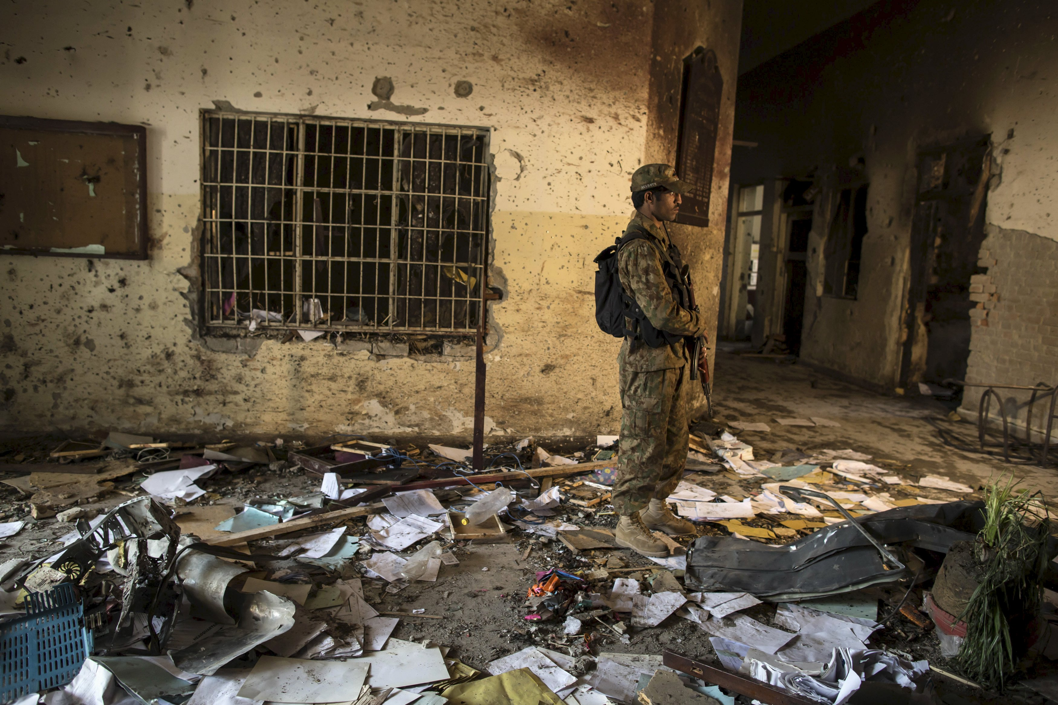 An army soldier stands in the Army Public School, which was attacked by Taliban gunmen, in Peshawar, in this December 17, 2014. Photo: Reuters