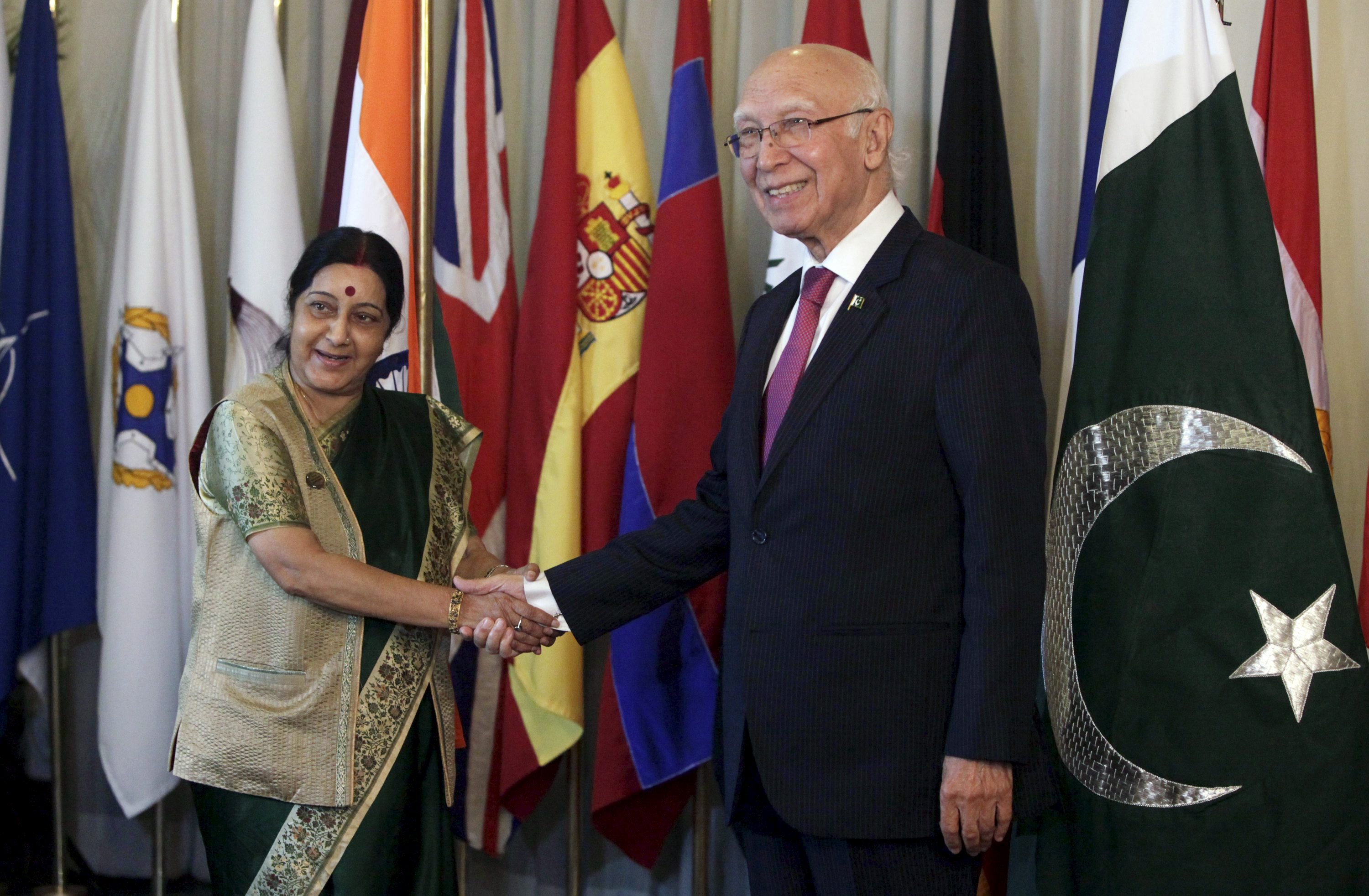 Advisor to Prime Minister for Foreign Affairs Sartaj Aziz (right) shakes hands with Indian Foreign Minister Sushma Swaraj after their meeting at the foreign ministry in Islamabad, Pakistan, December 9, 2015. Photo: Reuters