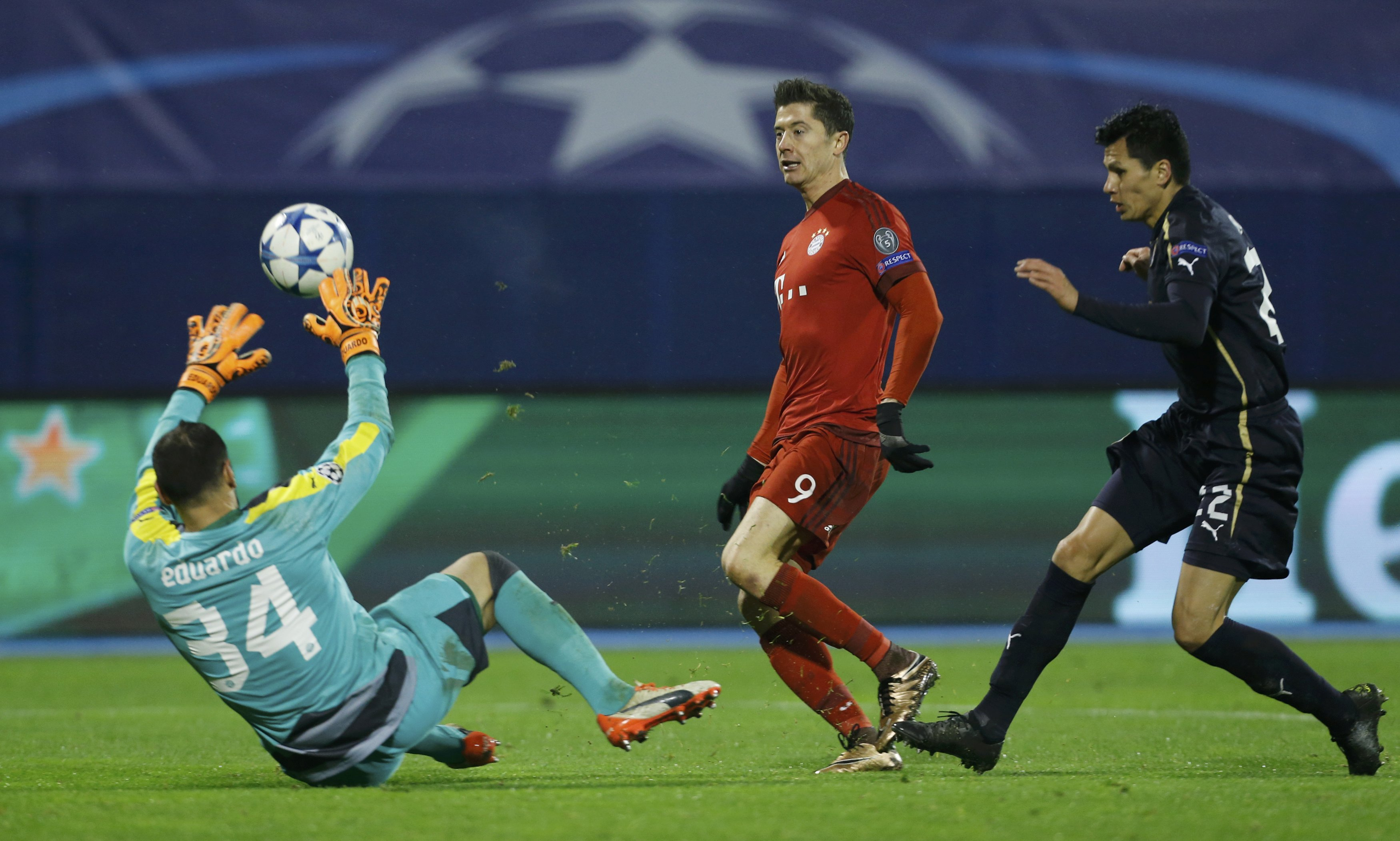 Bayern Munich's Robert Lewandowski scores a goal past Dinamo Zagreb's goalkeeper Eduardo during UEFA Champions League game at Maksimir stadium in Zagreb, on Wednesday, December 10, 2015. Photo: Reuters