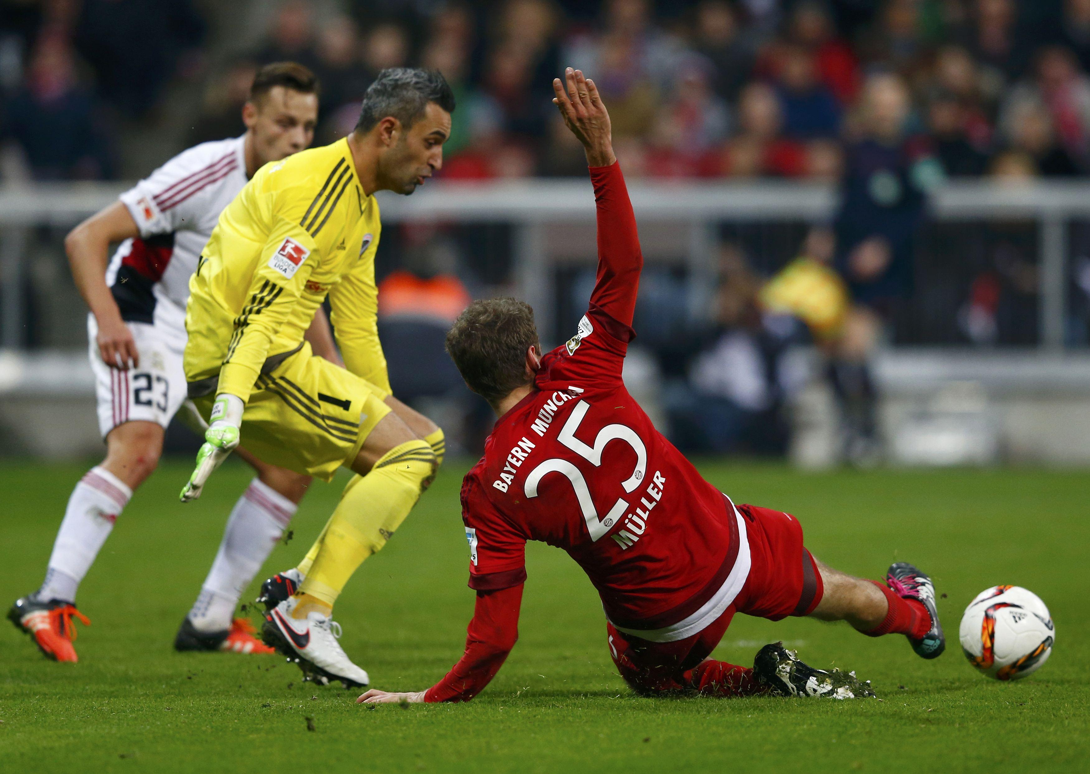 Bayern Munich's Thomas Mueller and FC Ingolstadt 04's goalkeeper Ramazan Ozcan in action, on December 12, 2015. Photo: Reuters