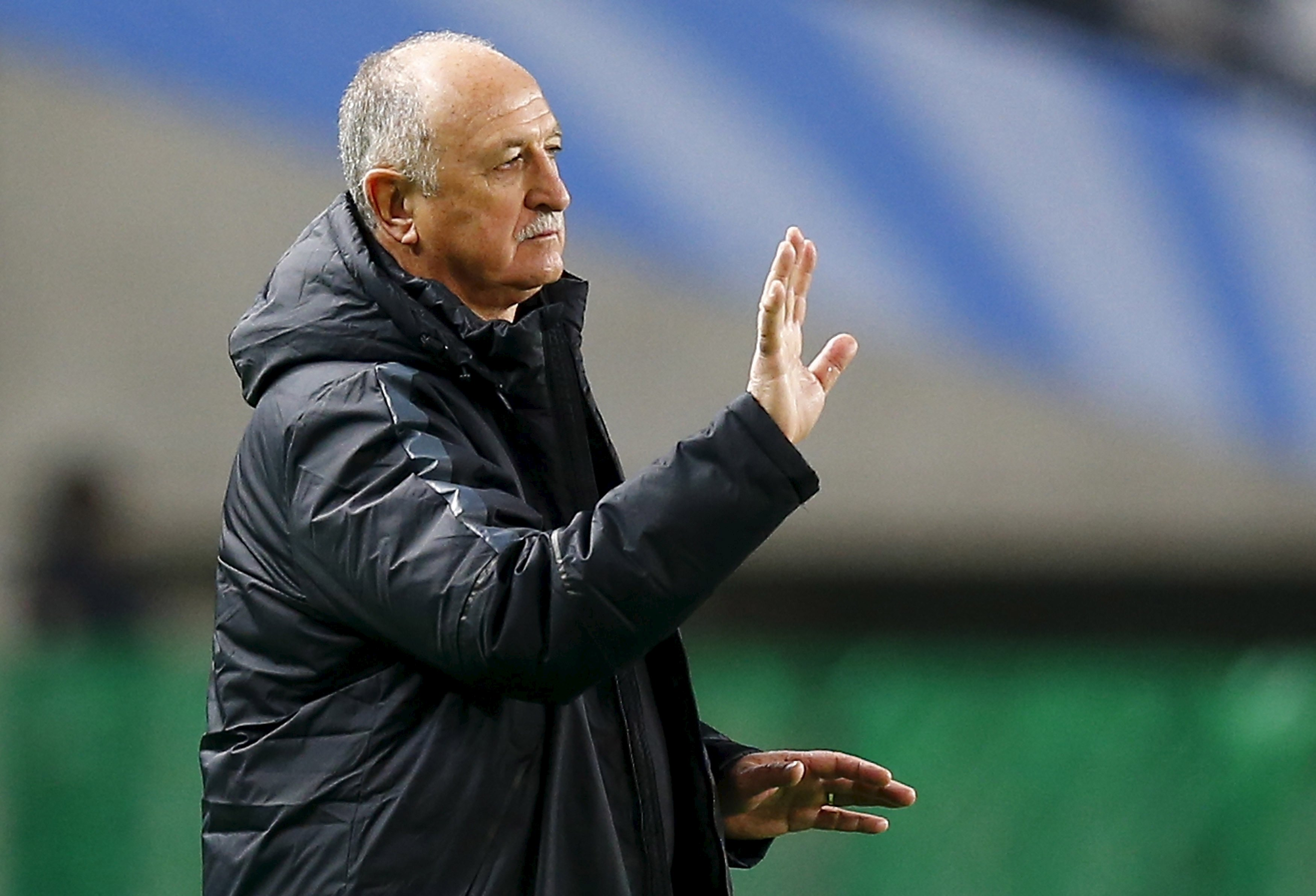 Brazilian head coach Luiz Felipe Scolari of China's Guangzhou Evergrande directs his players during their Club World Cup quarter-final soccer match against Mexico's Club America in Osaka, western Japan, December 13, 2015. Photo: Reuters