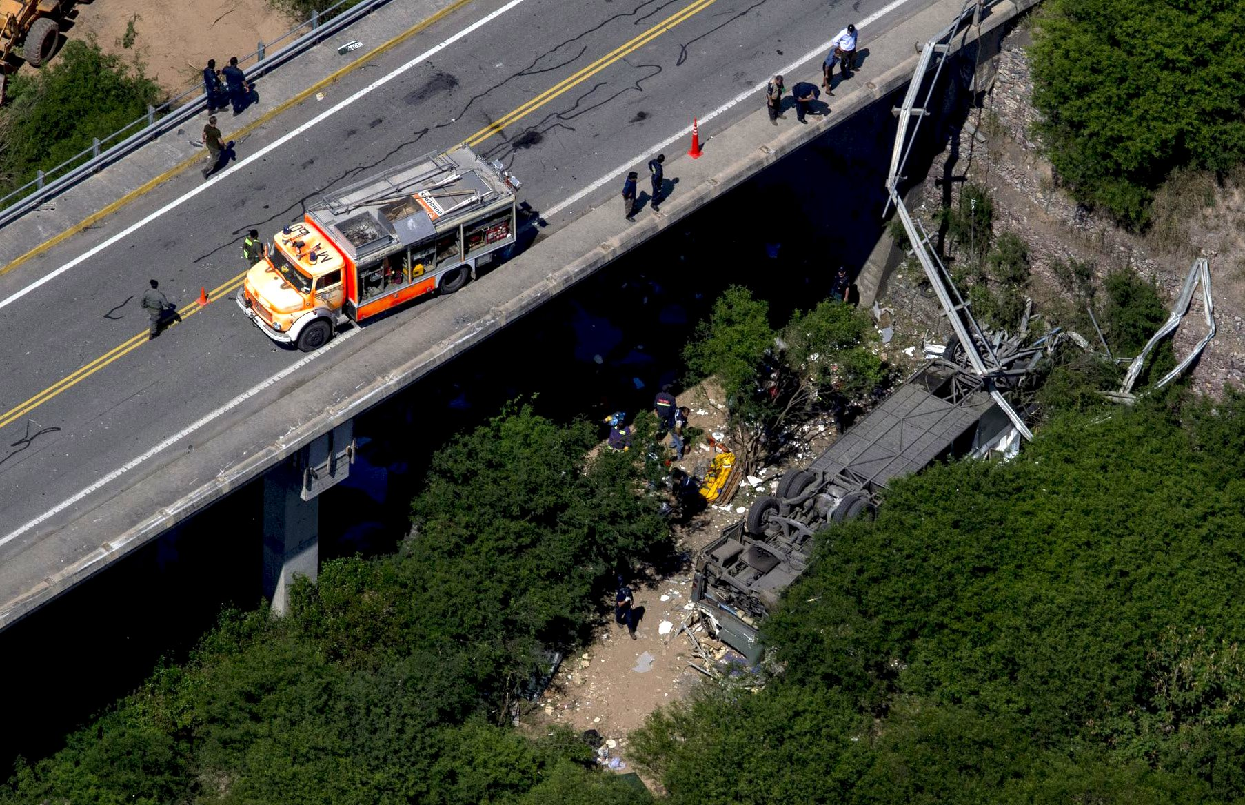 Aerial view of the overturned bus which crashed in Argentina's northern province of Salta, December 14, 2015. Photo: Reuters