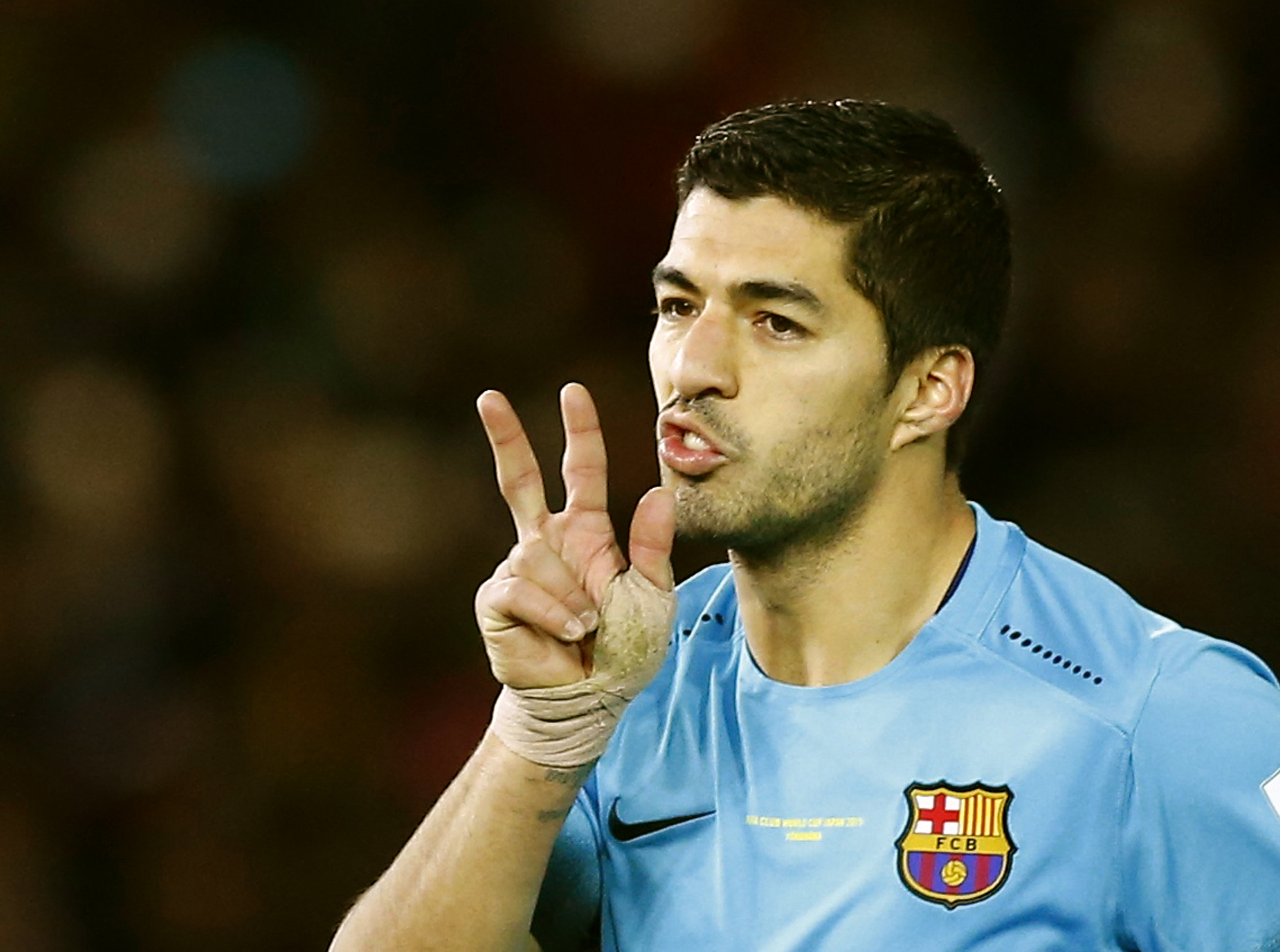 Barcelona's Luis Suarez (C) gestures after scoring the third goal for Barcelona from the penalty spot and completing his hattrick during their Club World Cup semi-final soccer match against Guangzhou Evergrande in Yokohama, south of Tokyo, Japan, December 17, 2015. Photo: Reuters