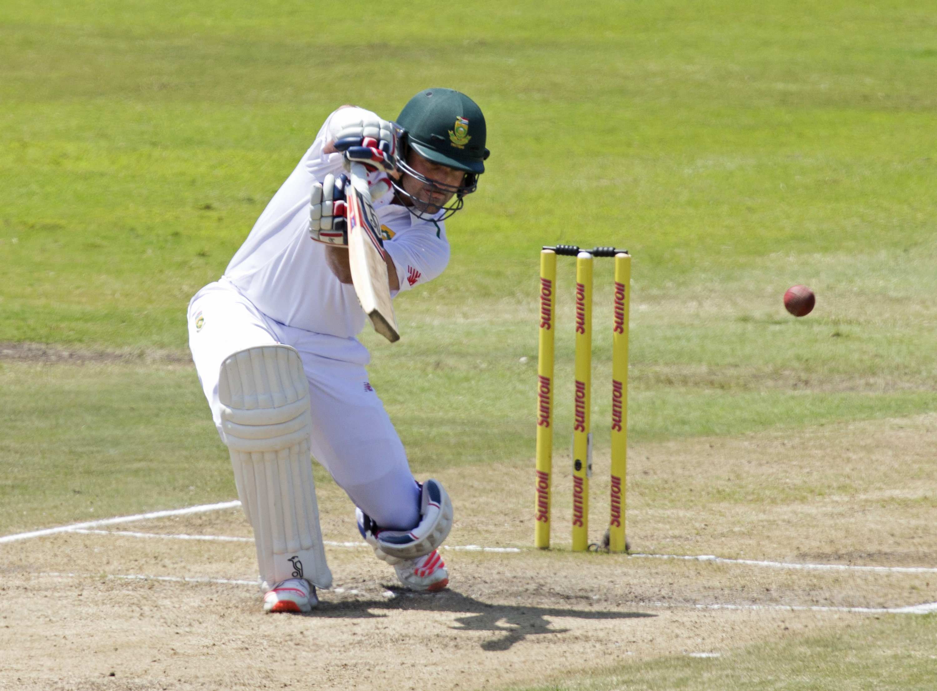 South Africa's Dean Elgar plays a shot during the first cricket test match against England in Durban, South Africa, December 28, 2015. Photo: Reuters