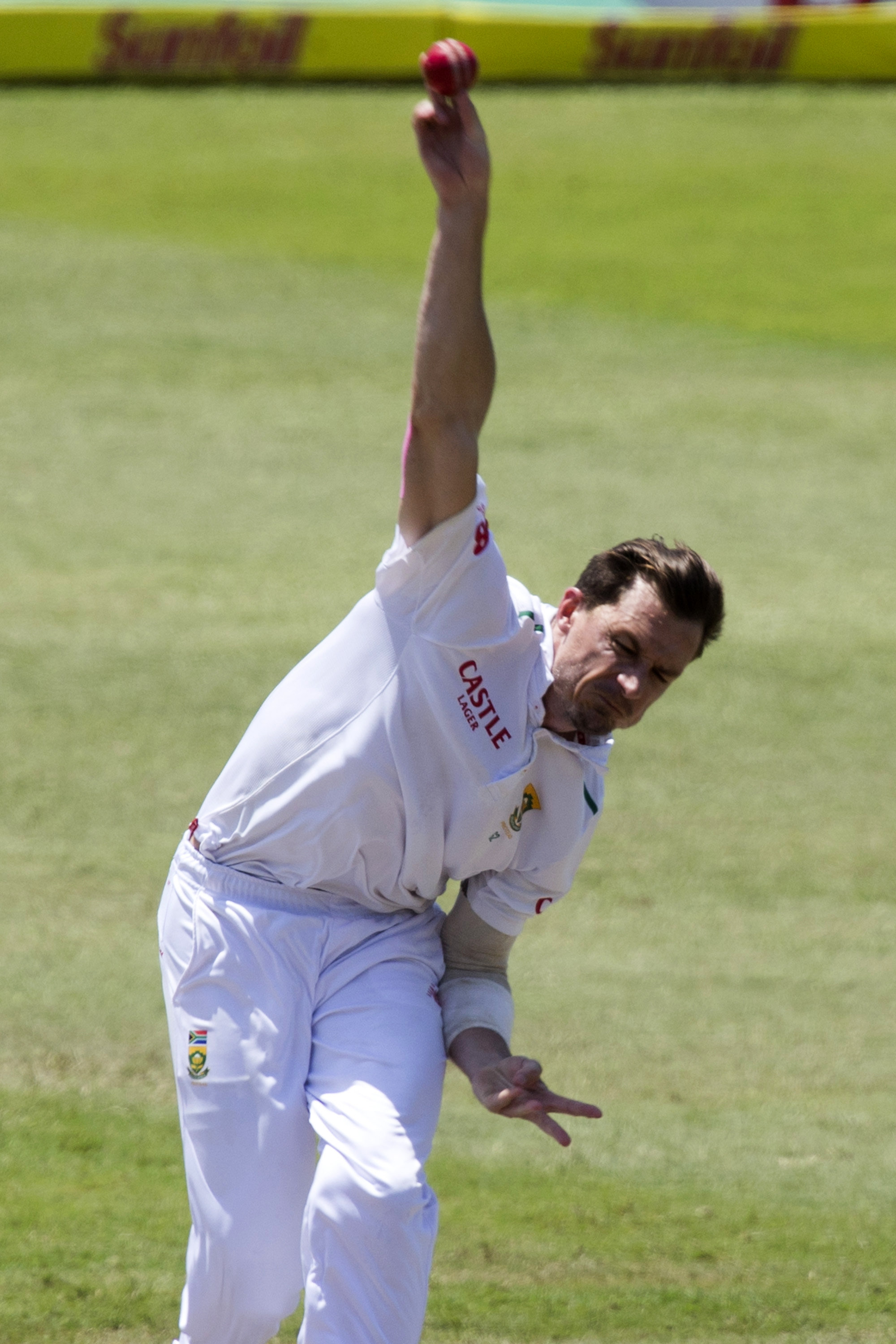 South Africa's Dale Steyn bowls during the first cricket test match against England in Durban, South Africa, December 28, 2015. Photo: Reuters