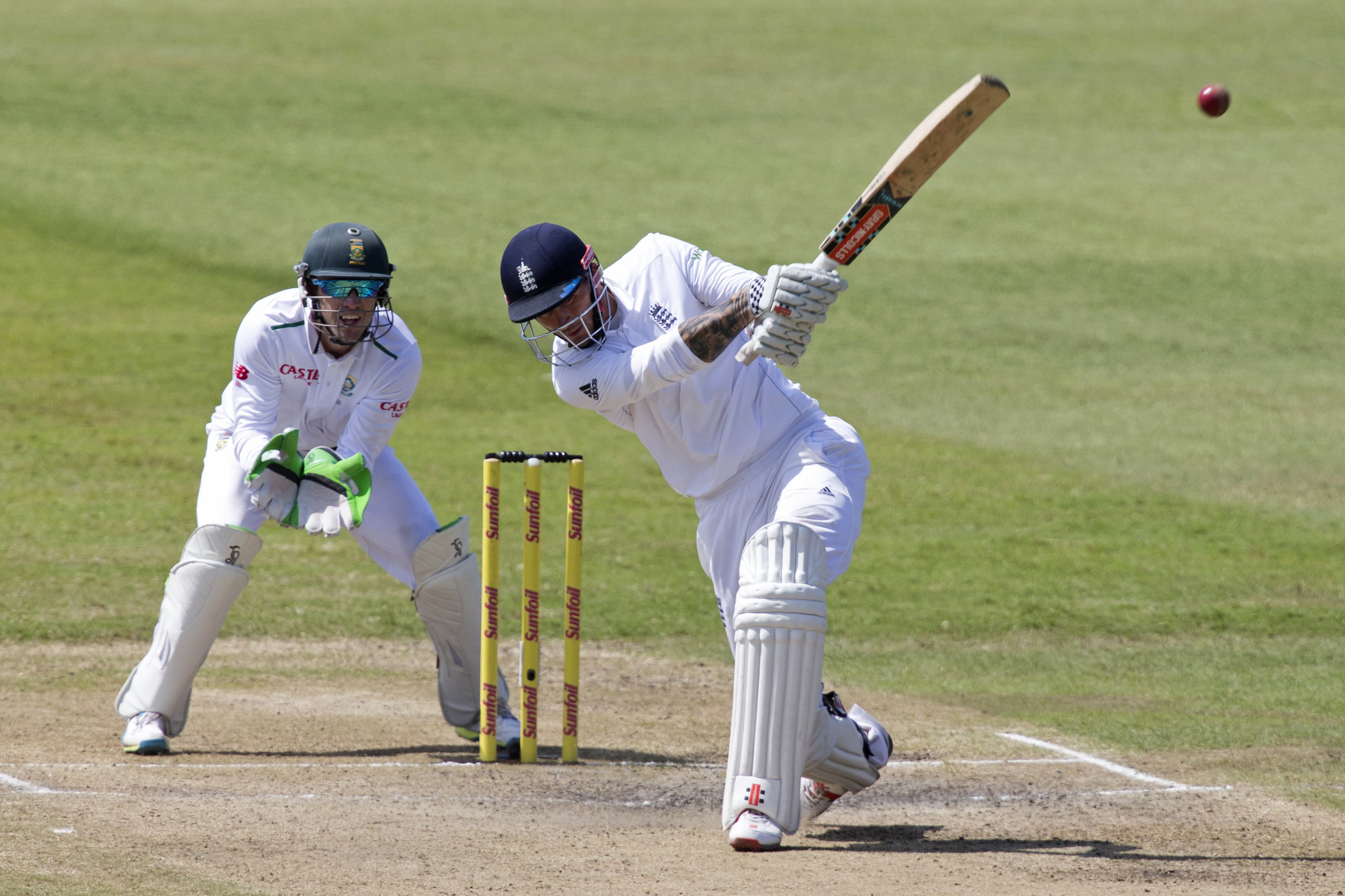 England's Alex Hales (R) plays a shot as South Africa's AB de Villiers looks on during the first cricket test match in Durban, South Africa, December 28, 2015. Photo: Reuters